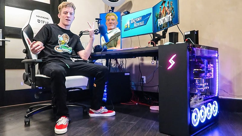 Tfue using his custom Maxnomic OFC chair